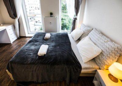 Manželská postel v apartmánu Bratislavská