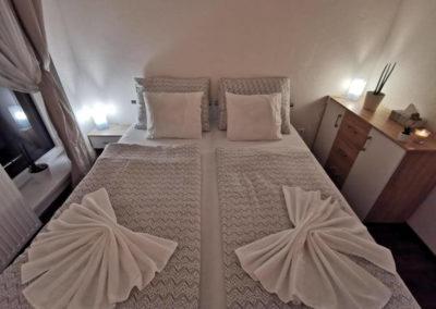 Manželská postel apartmánu Bratislavská